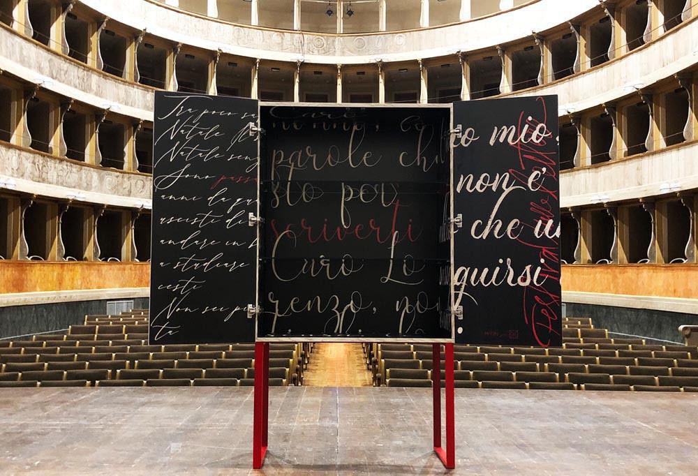 Una madia sul palco del Festiva delle lettere